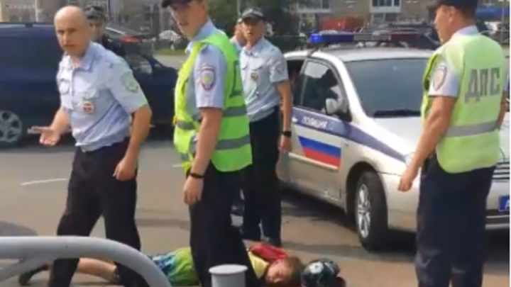 Ехали по встречке, врезались в ДПС: в Перми автоинспекторы задержали подростков на мотоцикле