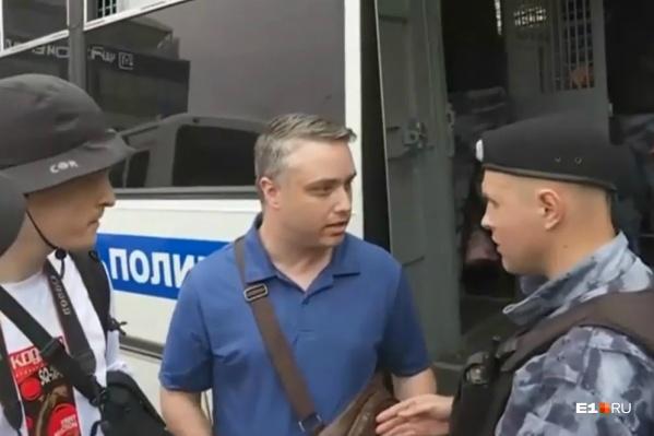 Луис Маринелли говорит полицейскому, что он американец, и тот его сразу отпускает