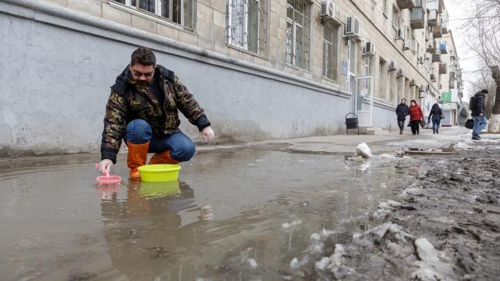 Попробуем вычерпать: V1.RU решил побороться с легендарной лужей на проспекте Ленина