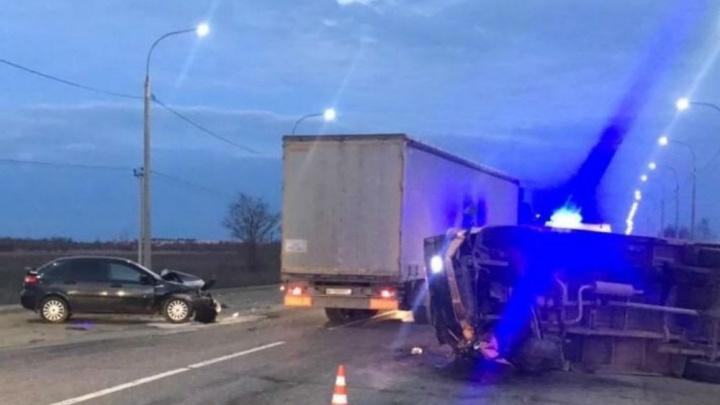 Мужчина истекал кровью: в Ярославле на Окружной дороге фура придавила две легковушки