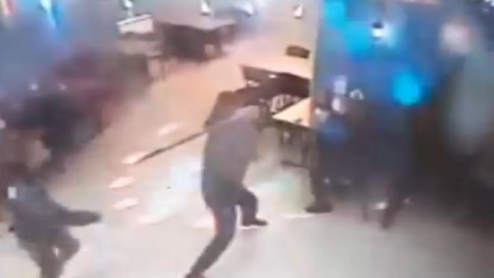 «Я просто случайно ударил не того»: пермяк избил посетителей бара металлической трубой. Видео