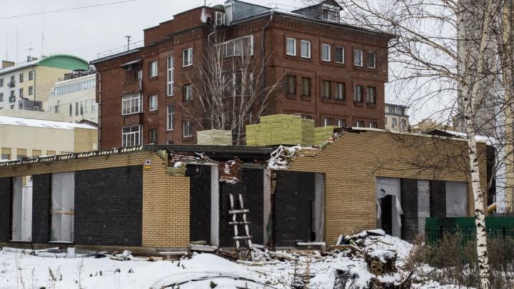 В тихом центре начали сносить административное здание — оно не простояло и года