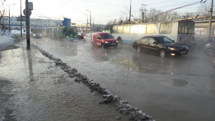 """""""Всё в тумане"""": в Екатеринбурге из-за прорывов труб затопило несколько улиц"""