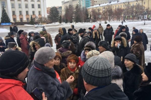На Центральной площади 20 января прошел первый митинг против мусорной реформы. Его сначала согласовали, а потом организаторы отозвали заявку, но люди всё равно пришли