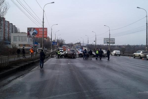 Машины разбросало по проезжей части