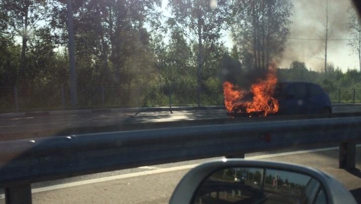 В Ярославле на «пьяной» дороге загорелась иномарка