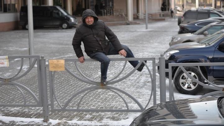 В Екатеринбурге у Арбитражного суда расширят парковку и заменят забор, которым закрыли от пешеходов тротуар
