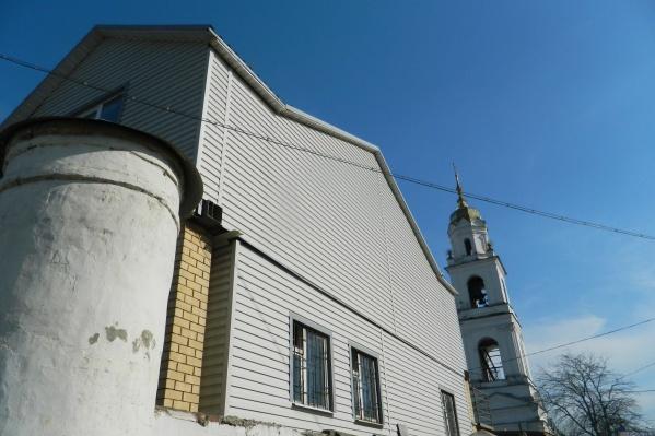 Вот такая пристройка стоит на территории Яковлевско-Благовещенского храма