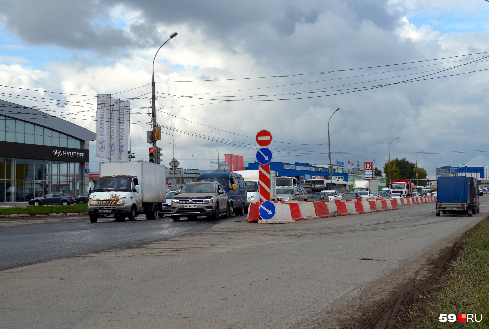 Такая ситуация у «Баумолла» — в сторону центра пустая дорога, а навстречу длиннющая пробка