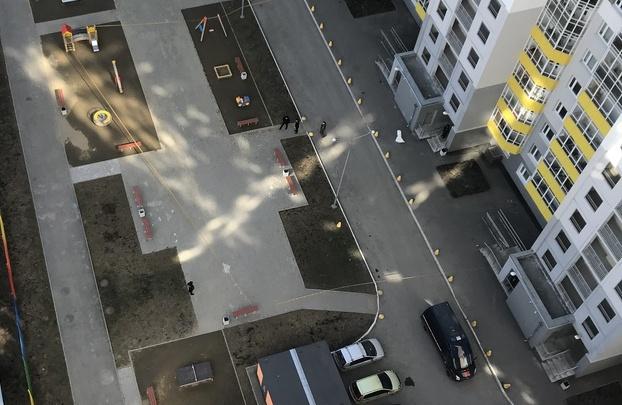 На ЖБИ оцепили территорию дома, чтобы выяснить, как 17-летняя девушка выпала из окна 25-го этажа
