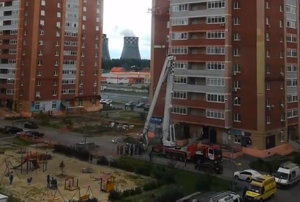 В Тюмени спасатели снимали с высоты 9-го этажа рабочих, застрявших в строительной люльке