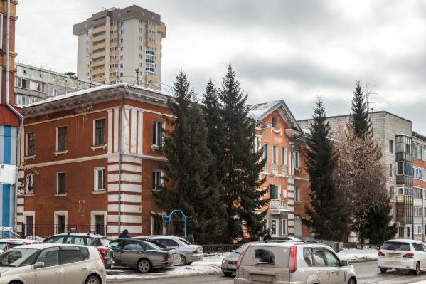 Раньше в этом здании на улице Семьи Шамшиных работал Новосибирский геологоразведочный техникум