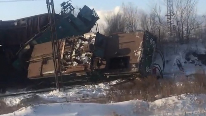 Последствия схода товарного поезда с рельсов в Магнитогорске сняли на видео
