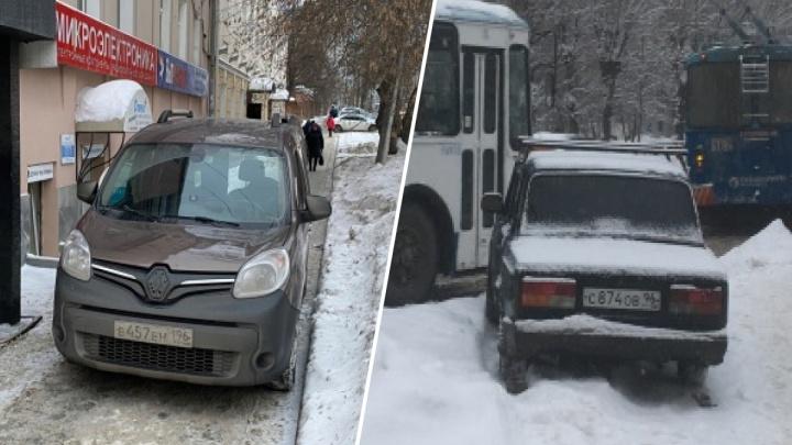 «Я паркуюсь как...»: фура под рябинами и одинокий таксист на тротуаре