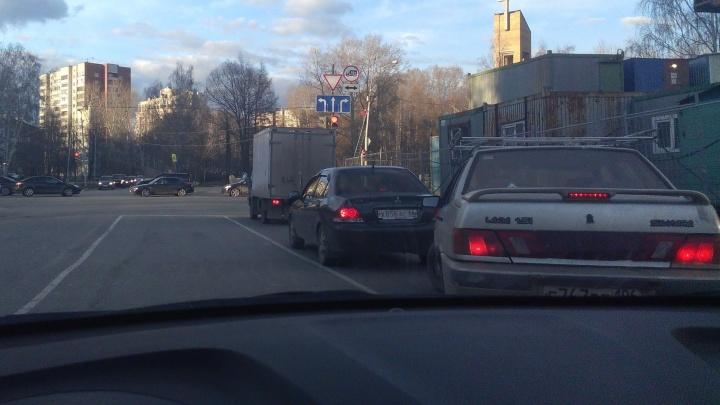 На знаке - три, по разметке - две: водители запутались в количестве полос на улице Ясной