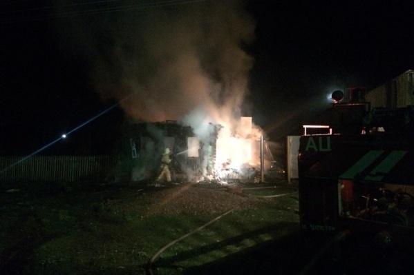 Пламя быстро распространилось по всей площади дома