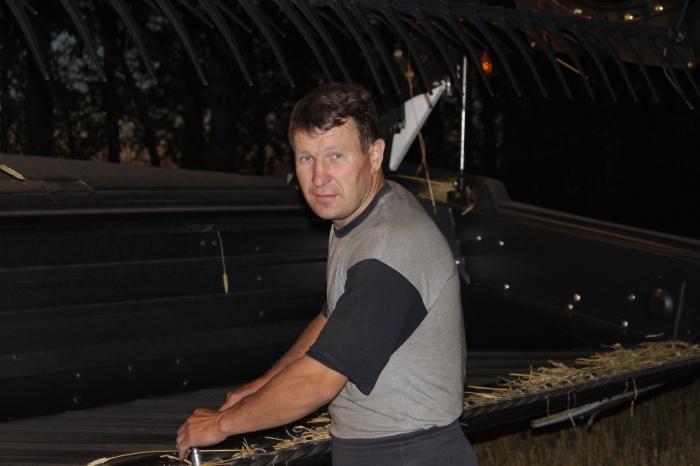 Александр Алтунин работает на племзаводе «Ирмень» трактористом-механизатором уже 26 лет