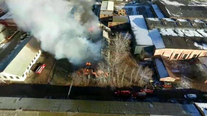 В Ишимбае горит здание бывшего машзавода