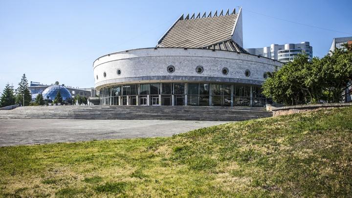 Театр «Глобус» решил подарить билет одинаковым новосибирцам