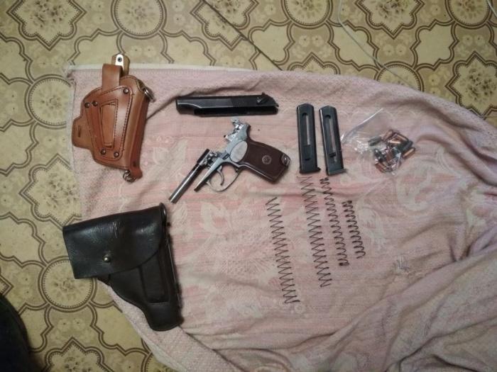 Мужчина хранил дома пистолеты, ружья и детали к ним