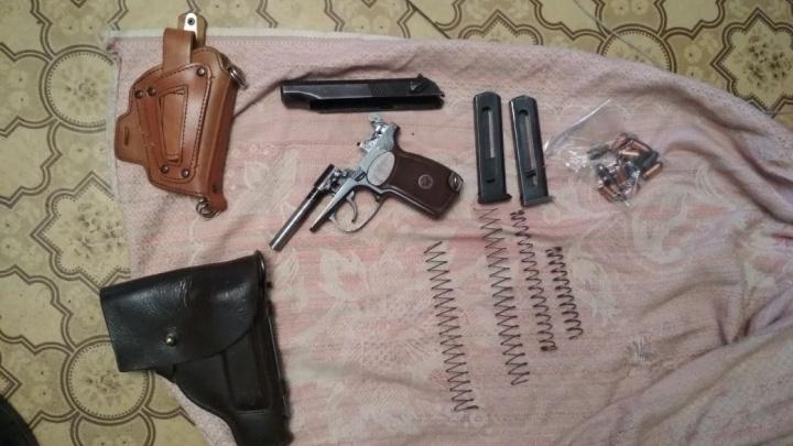 Екатеринбуржец устроил дома хранилище самодельного оружия, не имея на этолицензии