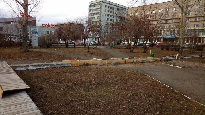 Суд постановил прекратить стройку посреди сквера у Дворца Труда и снести фундамент