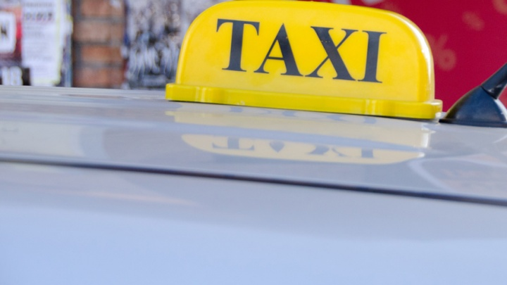 Таксист решил обмануть клиента и уехал с его телефоном, оставленным в залог