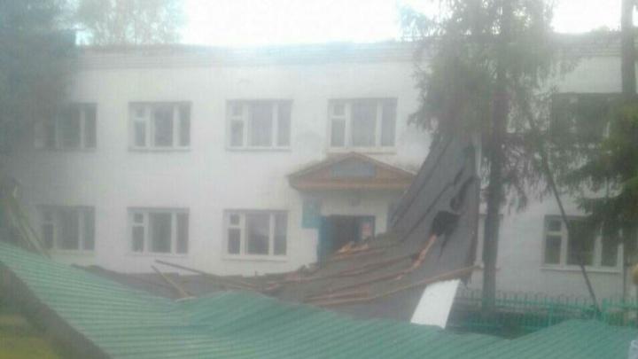 Проделки урагана: в Башкирии ветер сорвал крышу со здания