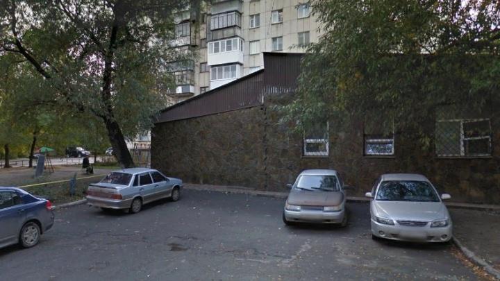 За считаные минуты: из «Лады» челябинца на парковке украли пакет с миллионом рублей