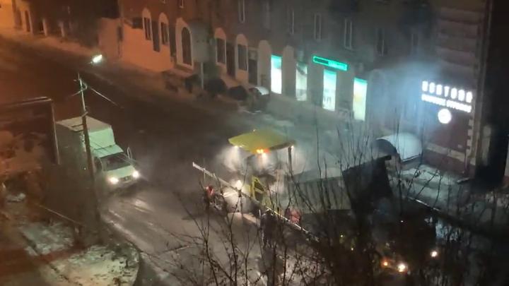 «Лёд не счистили, не пролили битумом»: челябинцы сняли на видео укладку асфальта после снегопада