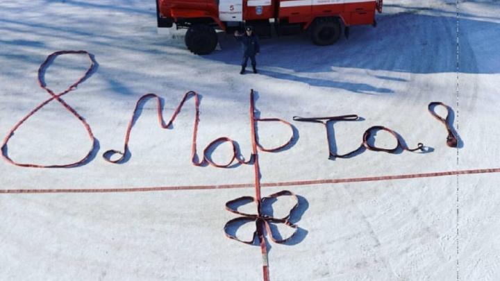 Северодвинский пожарный креативно поздравил супругу с 8 Марта