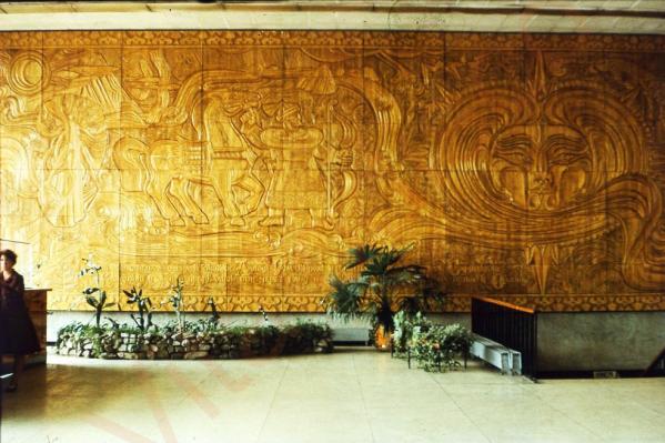 Деревянное панно «Рождение Оби» считалось утерянным после пожара в здании Речного вокзала в 2003 году