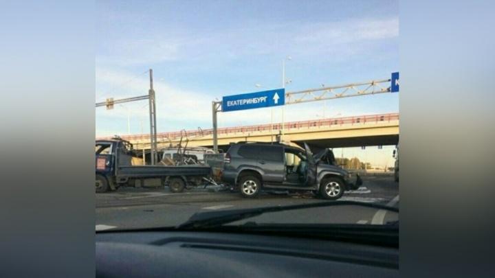 В ПрикамьеToyota Land Cruiser врезался в дорожную технику: пострадали рабочие