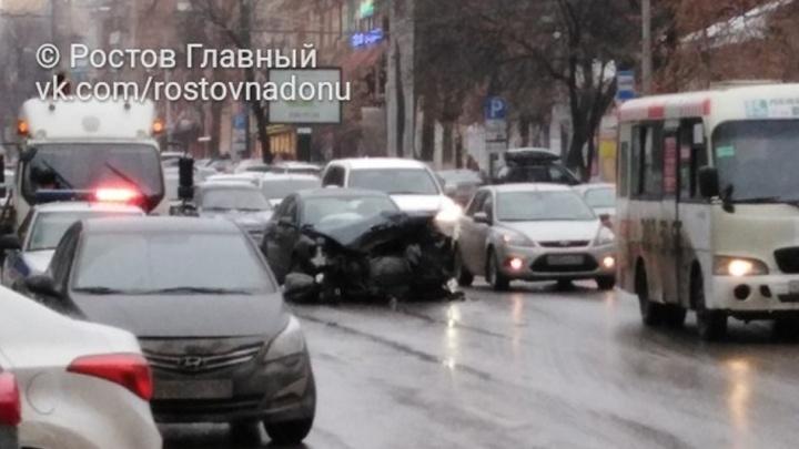 Авария в центре Ростова, в результате которой пострадали четыре человека, попала на видео