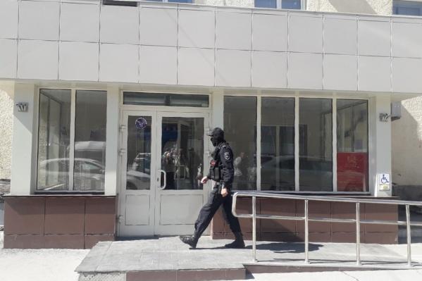 В здании на Трудовой, 1 работает управление капитального строительства и департамент энергетики и ЖКХ, а сегодня — ещё и СОБР