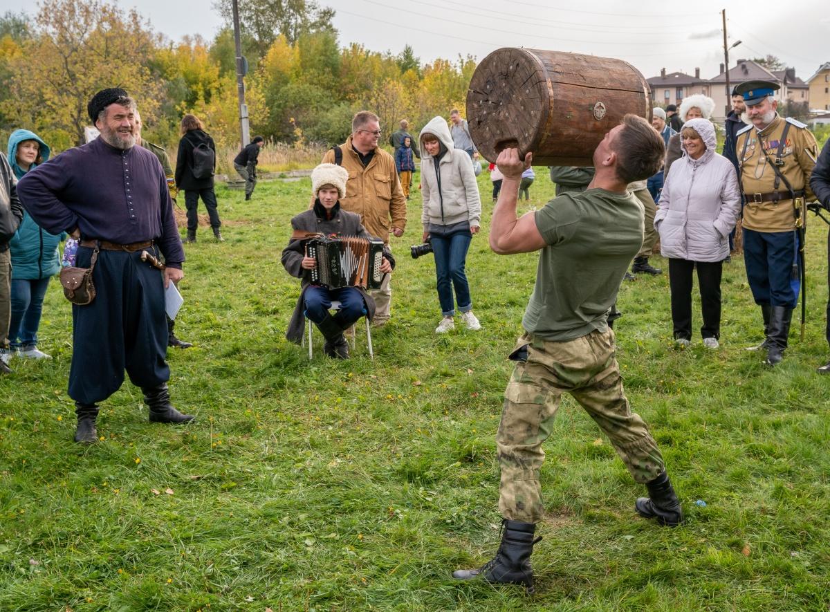Силачи поднимали деревянную колоду над головой