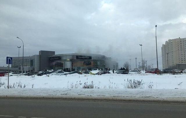 В Екатеринбурге загорелся салон Lexus