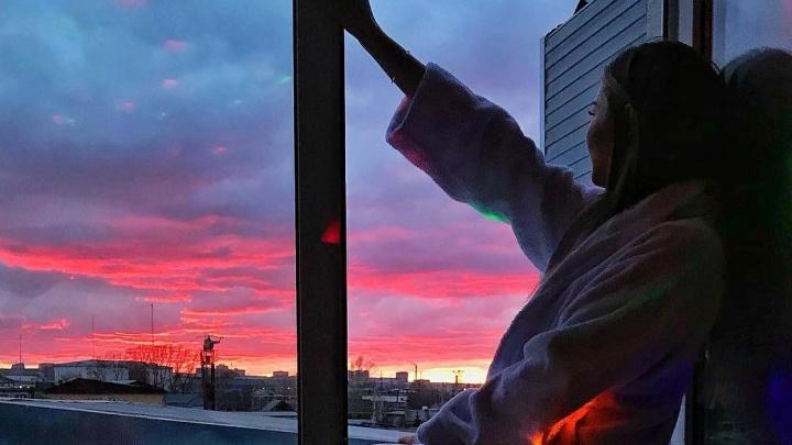 Красноярцы делятся фото удивительно алого заката