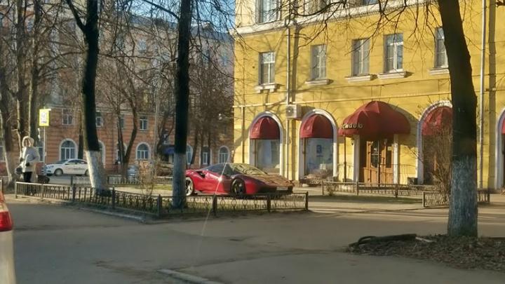 «Извините»: красный «Феррари» жены депутата припарковался посреди тротуара в Ярославле