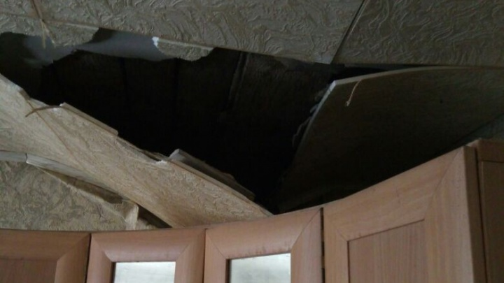 В доме на Уралмаше, где обвалилась крыша, рухнул потолок в другом подъезде