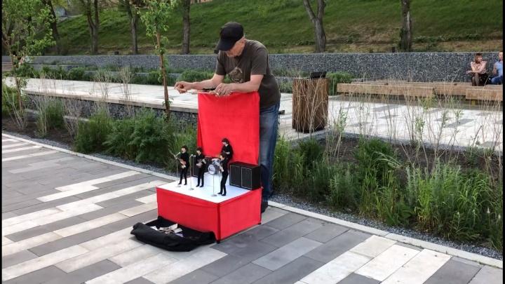 Мужчина развлекал красноярцев на набережной представлением с куклами-марионетками