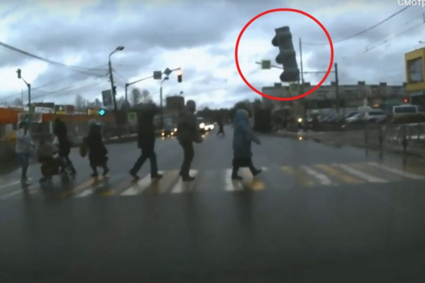 Светофор пролетел в нескольких сантиметрах