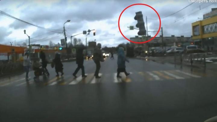 «В рубашке родилась»: на переходе светофор рухнул прямо перед женщиной. Видео