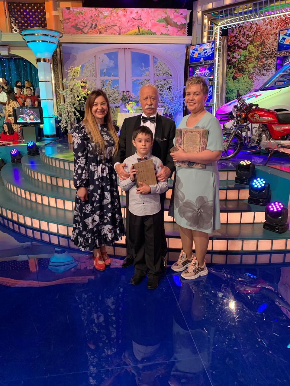 36-летняя Ольга Шарыпова (справа) участвовала в съёмках шоу вместе со своим 8-летним сыном Даниилом