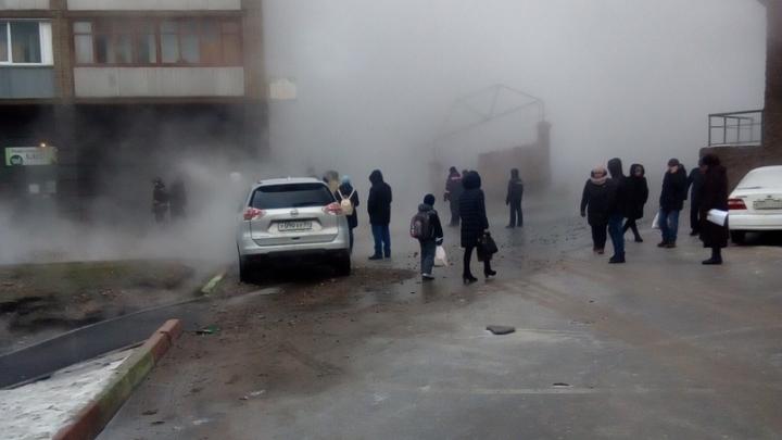 Спасатели вывели посетителей из поликлиники и магазина на затопленной кипятком улице