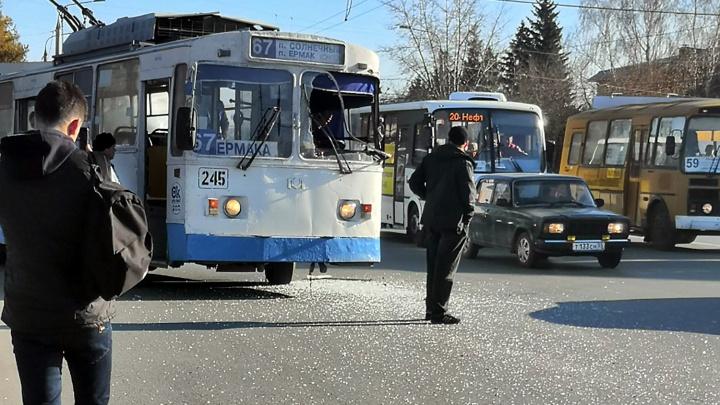 В Омске в троллейбусе вынесло лобовое стекло после столкновения с автобусом