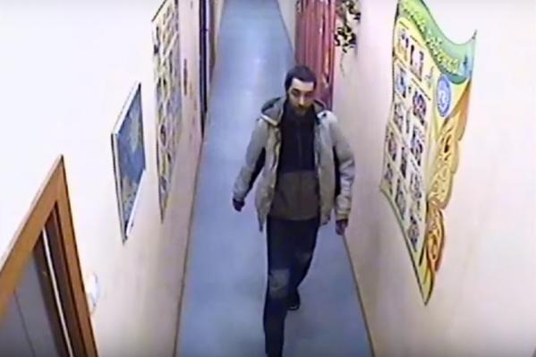 На опубликованных кадрах можно увидеть, как обвиняемый проходит по коридорам детсада, прежде чем войти в спальню к детям