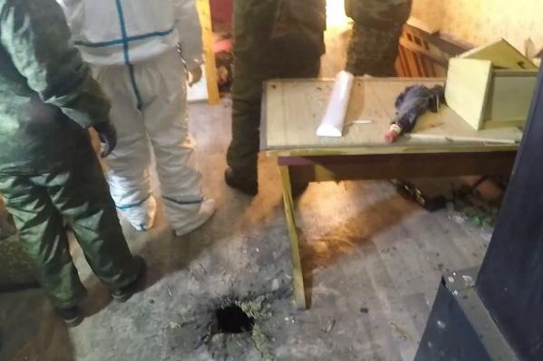 После окончания спецоперации силовики осмотрели дом, в котором обосновался боевик