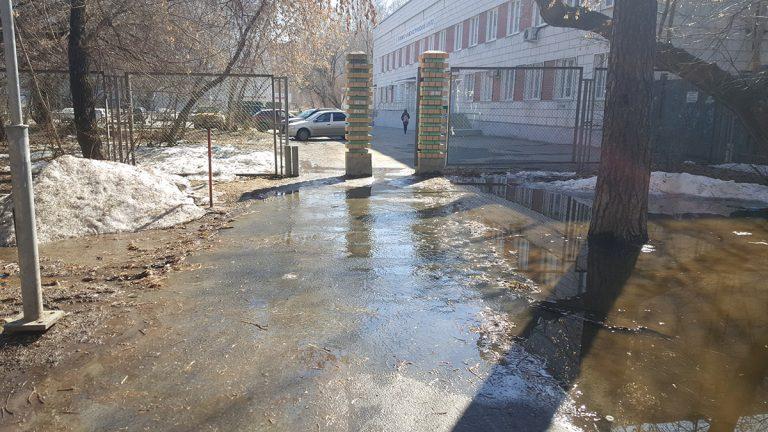 Во многих местах вода переливается через дорожки во время весеннего паводка
