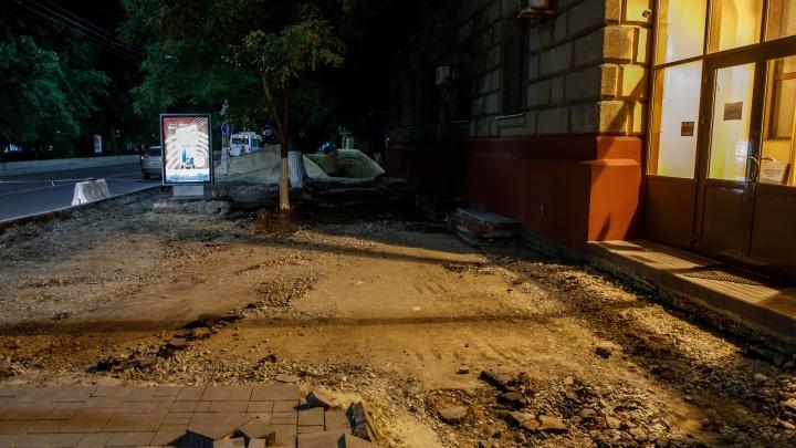 В центре Волгограда разбили асфальт ради брусчатки